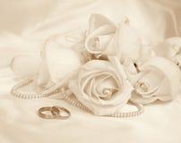 Boucles et roses de mariage Dans la sépia modifiée la tonalité Rétro type Photos stock