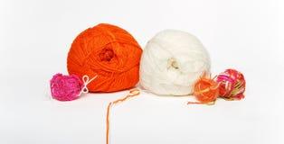 Boucles pour tricoter d'isolement sur le blanc Photos libres de droits