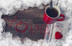 Boucles rouges dans la forme du coeur et de la tasse Photo libre de droits