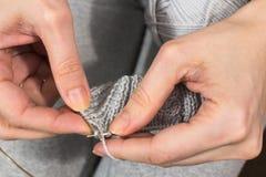 Boucles sur des aiguilles de tricotage Image stock