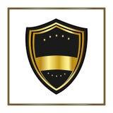 Bouclier d'or avec des étoiles dans le style plat à la mode d'isolement sur le fond blanc Annoncez le logo et le symbole médiéval Photographie stock libre de droits