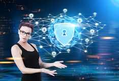 Bouclier de sécurité, polygones, globe, femme confuse Image libre de droits