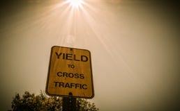 Bouclier de signe pour croiser le trafic Images libres de droits