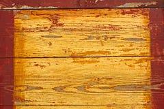 Bouclier en bois jaune avec le cadre rouge Photographie stock libre de droits