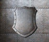 Bouclier en métal au-dessus de fond de tôles de blindage Photographie stock libre de droits