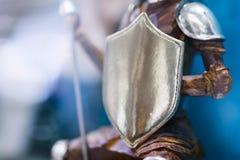 Bouclier fleuri d'une statue en bronze appartenant à un chevalier dans l'armure Guerrier dans l'armure avec le bouclier Concept d photo stock