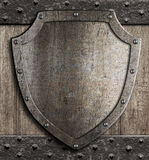 Bouclier médiéval sur la porte en bois Photographie stock libre de droits