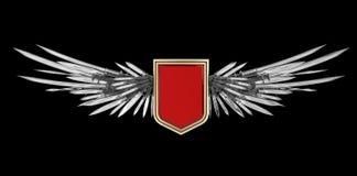 Bouclier vide réaliste avec les ailes stylisées faites d'épées, lames et poignards Photos libres de droits