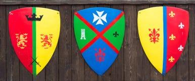 Boucliers avec les familles médiévales de familles de bannières images libres de droits