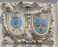 Boucliers de mosaïque de villes portuaires renommées Rio de Janeiro et Buenos Aires à la façade des lignes des Etats-Unis Ligne-P Photo libre de droits