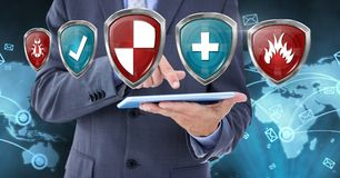 Boucliers et homme de protection de sécurité d'antivirus avec le comprimé Image stock