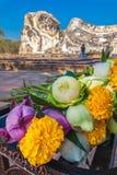 Bouddha étendu et fleurs de offre Images libres de droits