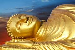 Bouddha étendu sur le coucher du soleil Photographie stock libre de droits