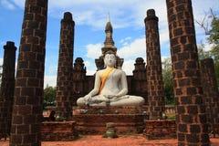 Bouddha antique dans le temple ruiné Image libre de droits