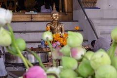 Bouddha avec l'encens, bougies, les fleurit et a pris au culte Photographie stock libre de droits
