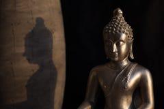 Bouddha avec l'ombre dans la lumière photographie stock