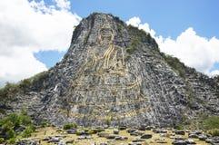 Bouddha a découpé sur le laser puissant de falaise, les attractions principales de Pattaya images libres de droits