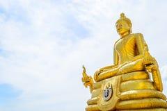 Bouddha d'or avec des milieux de ciel bleu Photo stock