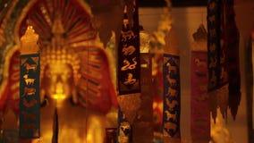 Bouddha d'or en AMI de Wat Phra Singh Temple Chiang banque de vidéos