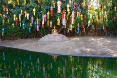 Bouddha d'or et lanternes colorées se reflétant au temple de Wat Phan Tao, Chiang Mai Images stock