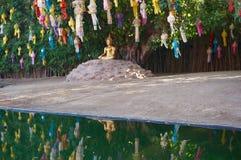 Bouddha d'or et lanternes colorées se reflétant au temple de Wat Phan Tao, Chiang Mai Photos stock