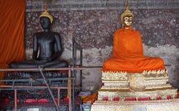 Bouddha d'or et noir de Bouddha dans Wat Sutas Image libre de droits