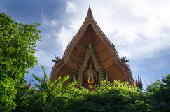 Bouddha d'or font face chez Tham Sue Temple, Kanchanaburi, Thaïlande Image stock