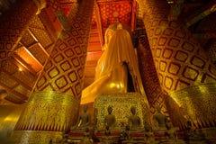 Bouddha d'or géant en Wat Phanan Choeng Temple à Ayutthaya, Th images stock