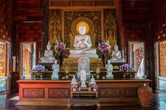 Bouddha de marbre blanc dans l'ubosot Photos stock