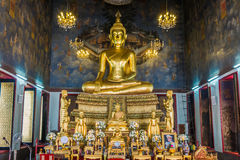 Bouddha de places assises d'or Photos stock