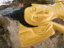 Bouddha de sommeil chez Wat Pa Sri Thaworn Nimit Image stock