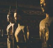 Bouddha en bois debout photographie stock libre de droits