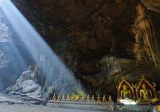 Bouddha en caverne, caverne de Khao Luang, Phetchaburi Thaïlande Images libres de droits