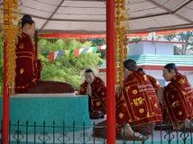 Bouddha a entouré par des disciples images libres de droits