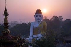 Bouddha et lever de soleil Images libres de droits