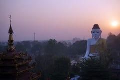 Bouddha et lever de soleil Images stock