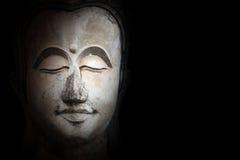 Bouddha font face sur l'obscurité Photos stock