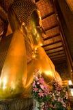 Bouddha menteur célèbre dans le temple Wat Image stock