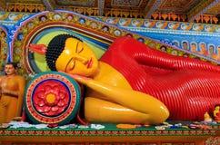 Bouddha menteur dans un temple images stock