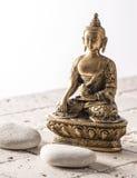 Bouddha pour l'attitude de zen avec le fond en pierre Photo libre de droits