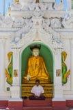 Bouddha priant la pagoda Yangon de Shwedagon dans Myanmar Photographie stock