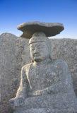 Bouddha s'asseyant avec le chapeau en pierre Photographie stock libre de droits