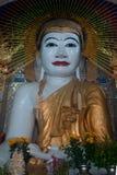 Bouddha s'asseyant dans la pagoda de Yat de kyat de Shwe, Myanmar Photographie stock