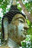 Bouddha s'asseyant sur la montagne en Thaïlande. Image libre de droits