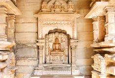 Bouddha s'assied dans une pose d'une sauge méditante Sculpture à l'intérieur de du temple en pierre Images libres de droits