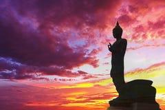 Bouddha se tenant derrière la rive vibrante Sunny Tourism Dawn Sunl de mer de ciel de fond de coucher du soleil de vue urbaine or Photo libre de droits
