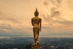 Bouddha se tenant sur une montagne Photos libres de droits