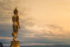 Bouddha se tenant sur une montagne Photo libre de droits