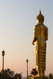 Bouddha se tient avec des lampes photographie stock