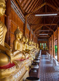 Bouddha sur le détail de modèle de l'or de teck Images libres de droits